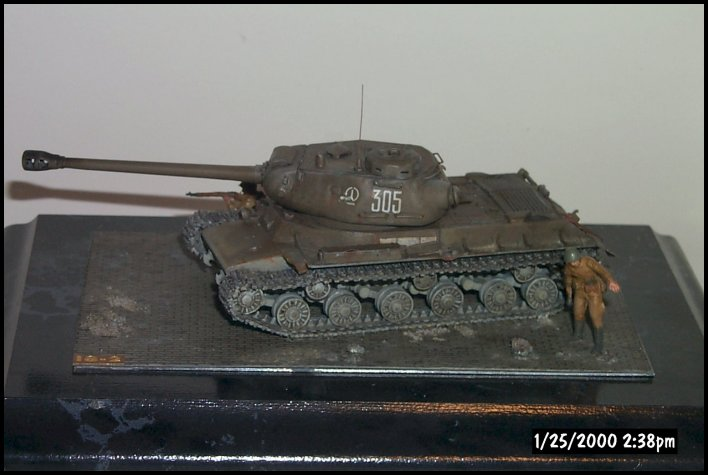 Completed IS-2. Note the cut away fender, turret antenna, and size of gun compared to the rest of the vehicle. The decal markings are for the Soviet 57th heavy tank regiment of the 3rd Guards tank Army, 1944. The decals were very thin and disappeared after application. Battle damage is just visible going through the forward unit mark.